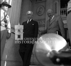 1765-PRES-EISENHOWER-AND-GOV-JIM-BYRNES-IN-COLUMBIA-1959b